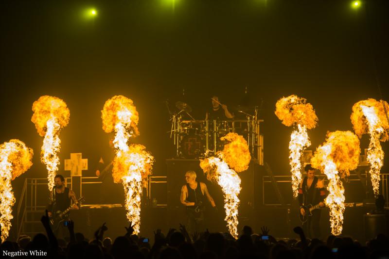 Nichts für Anfänger - Feuerengel spielen mit dem Feuer. (Foto: Matthias Hoffmann)