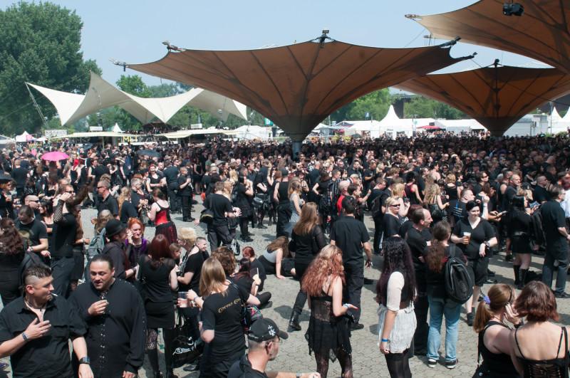 Die 10. Ausgabe des Amphi-Festival lockte Tausende zum Tanzbrunnen in Köln (Bild: Matthias Hoffmann)