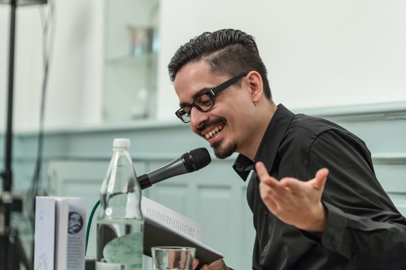 Amon Adamantos während der Lesung im Zentrum «Karl der Grosse» (Foto: Francesco Tancredi)