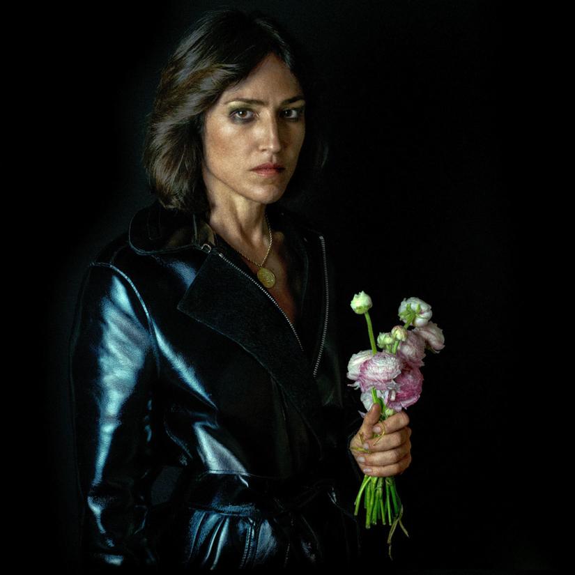 Joan as Police Woman mit Blumenstrauss