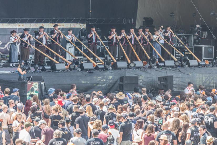Alphorn-Bläser eröffnen das Greenfield Festival 2018.